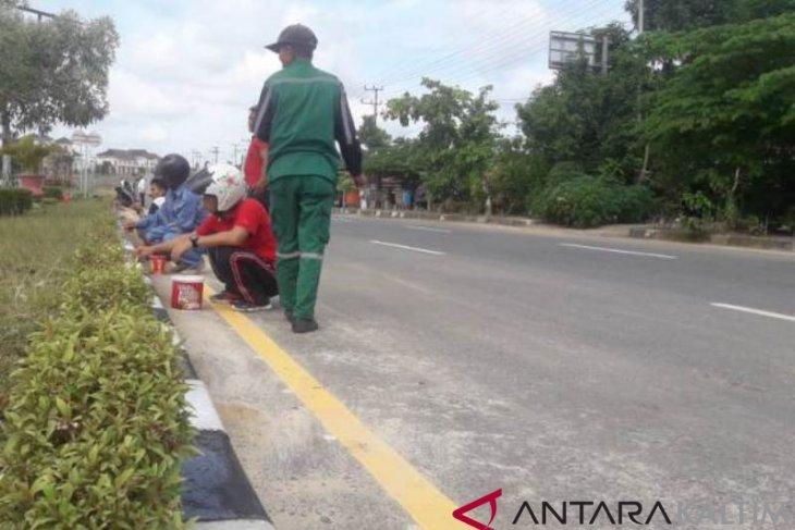 Pegawai Penajam Gotong-Royong Bersihkan Median Jalan