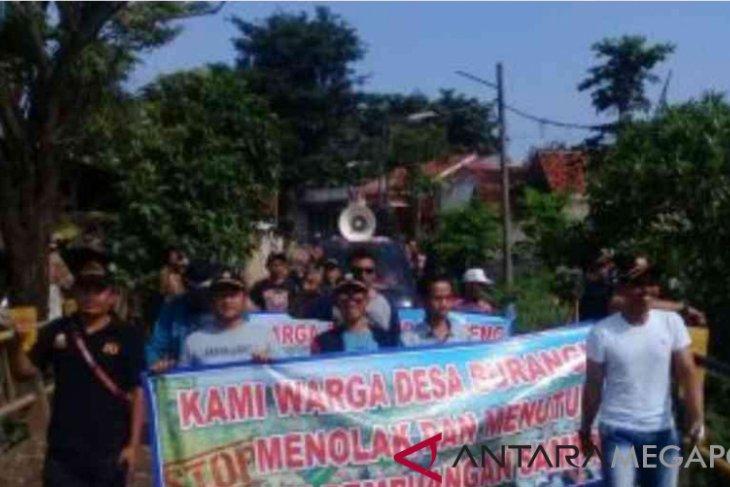Ratusan warga Burangkeng Bekasi tutup TPA