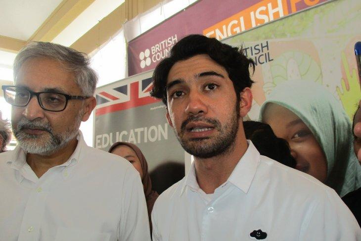 Reza Rahadian ajak generasi milenial tak bosan belajar bahasa Inggris