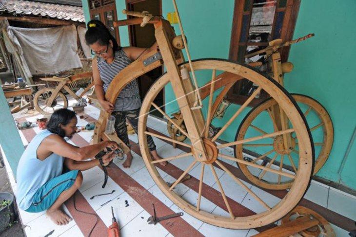 Perajin Sepeda Kayu