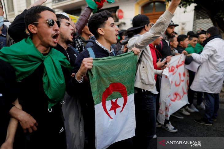 Pelajar AlJazair tuntut pengunduran diri Presiden Bouteflika