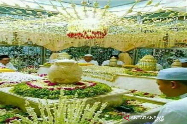Makam Guru Sakumpul Martapura Kalsel bertabur bunga