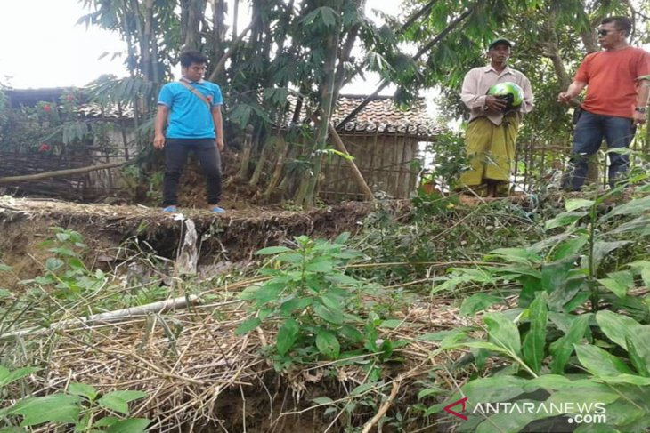 Hujan Deras Sebabkan Perkampungan Warga di Pamekasan Longsor