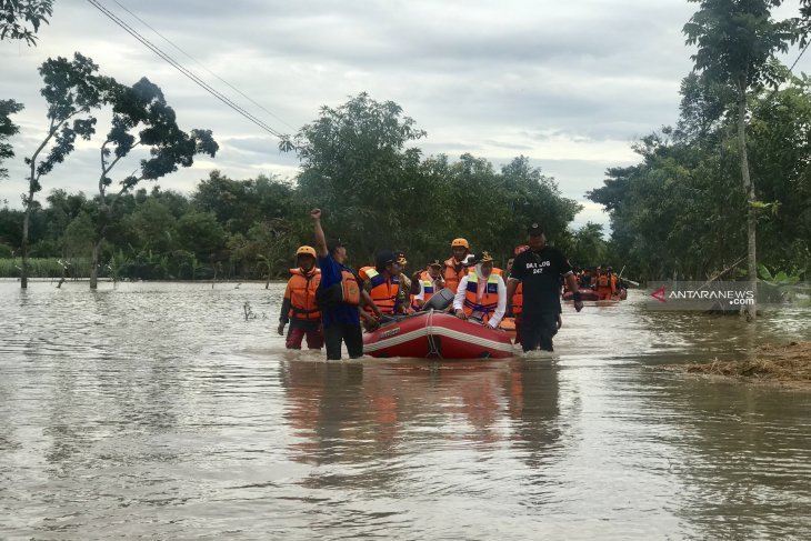East Java Governor orders authorities to handle flood-affected areas