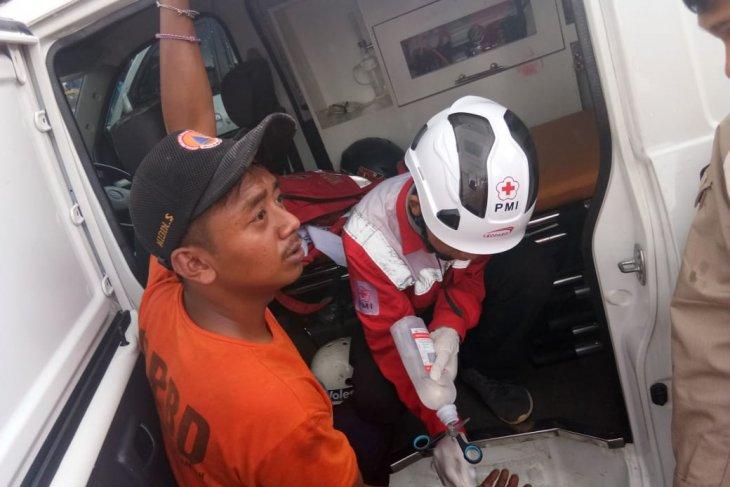Petugas BPBD terluka saat evakuasi korban KRL anjlok