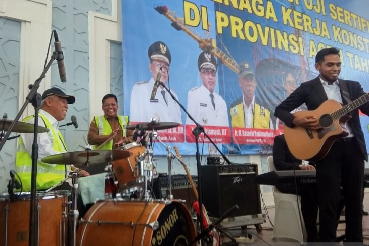 PUPR Minister plays drum instrument in Banda Aceh