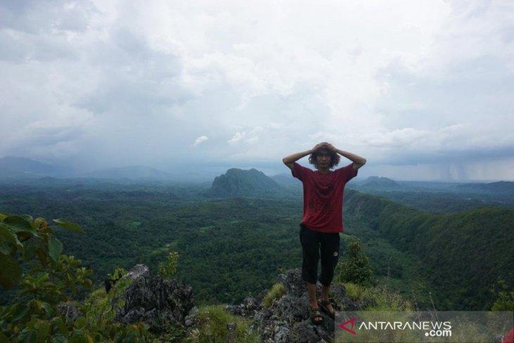 Melihat keindahan Meratus dari atas Bukit Mangkun