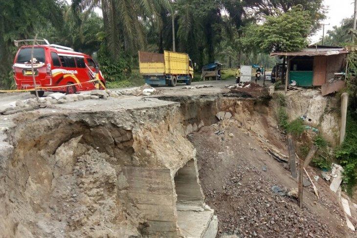 Masyarakat Simalungun desak perbaikan jalan longsor di Tanah Jawa