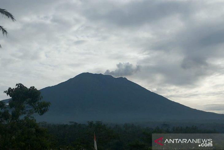 Gunung Agung Erupsi dengan Kolom Abu 600 Meter