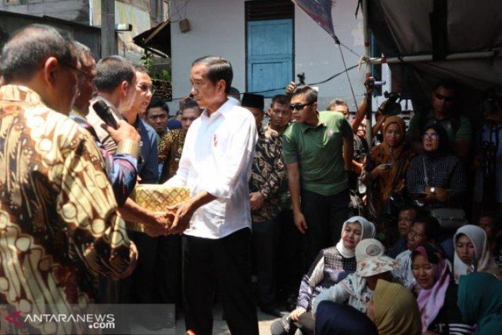 Presiden Jokowi serahkan bantuan kepada korban bom Sibolga