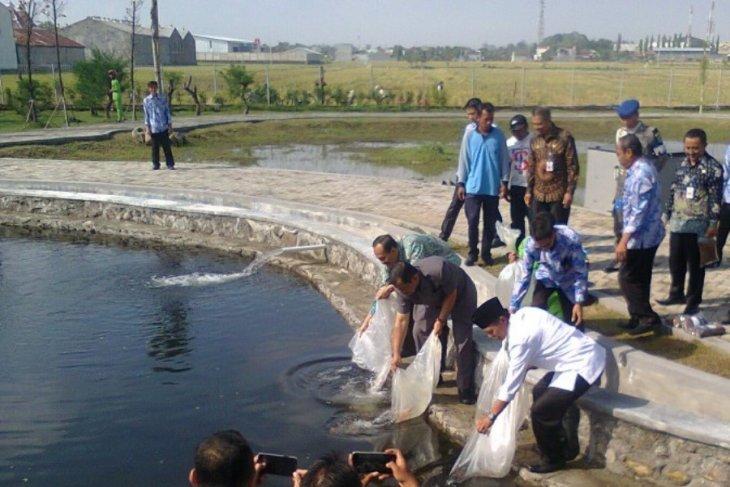 Ratusan benih koi ditebar di kolam Taman Hutan Kota Madiun