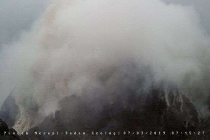 Gunung Merapi Rabu pagi luncurkan guguran awan panas 1.500 meter