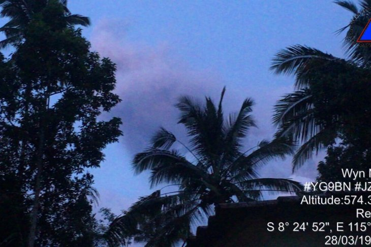 Kembali erupsi, kolom abu Gunung Agung tak teramati