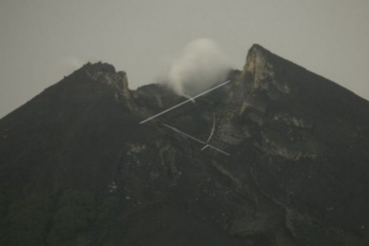 Guguran dua awan panas meluncur dari Gunung Merapi Jumat pagi