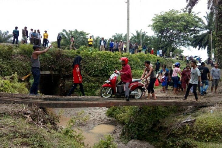 Ada jasa penyeberangan di lokasi longsor Tanah Jawa Simalungun