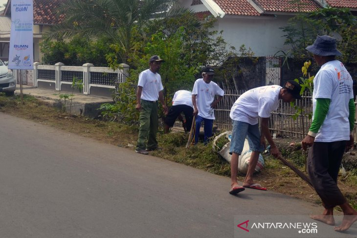 Ratusan masyarakat Karawang bersih-bersih kampung sehat bersama BUMN