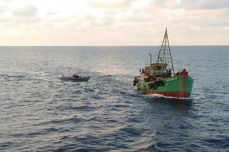 KRI Usman Harun-359 amankan dua kapal ikan Vietnam