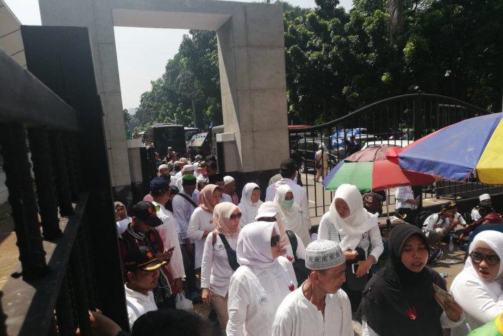 Prabowo-Sandi pair's supporters  leave Gelora Bung Karno Main Stadium