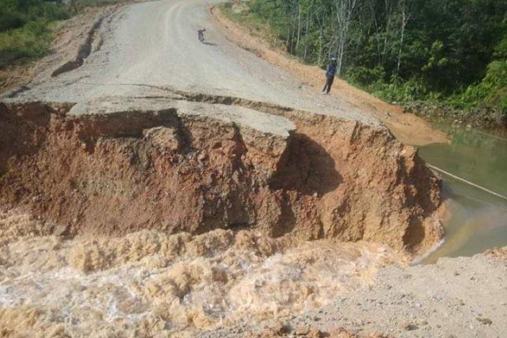 Jalan paralel Entikong longsor, lumpuhkan tiga desa di perbatasan