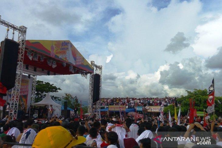 Slank menghibur ribuan penonton