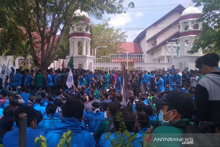 Students again rally outside Aceh governor's office