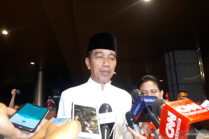 Joko Widodo attends fifth presidential debate wearing white koko shirt
