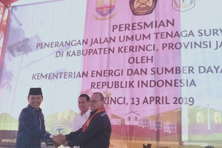 Kementerian ESDM serahkan PJU tenaga surya  di Kabupaten Kerinci