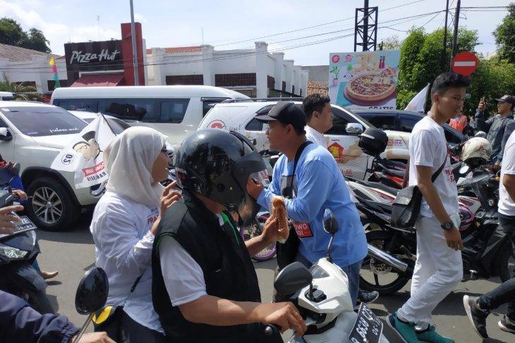 Simpatisan Prabowo-Sandi bagi-bagi roti kepada pengendara