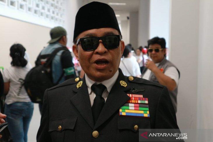 "A man makes a unique appearance as Soekarno at ""Konser Putih Bersatu"""