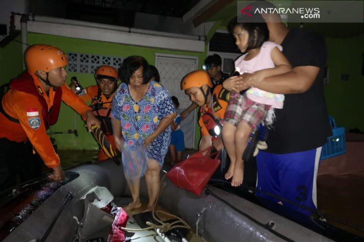 Kendari rescuers help evacuation of 36 flood victims