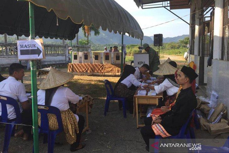 KPPS Gampong Nusa pakai baju petani dan adat