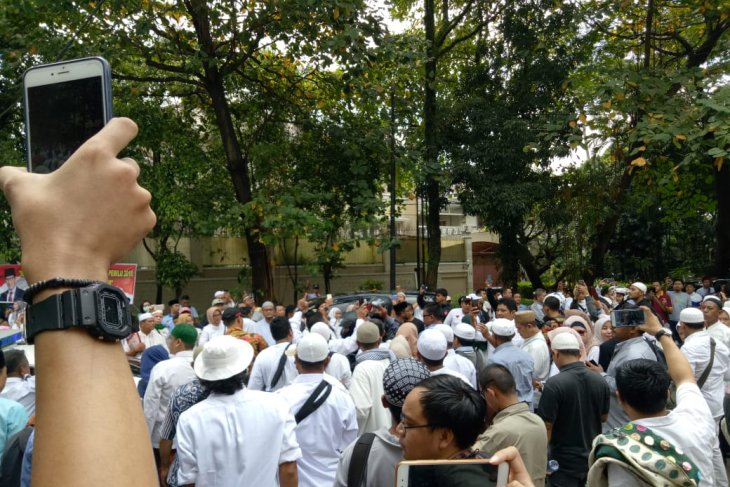 Massa doa bersama berdatangan ke kediaman Prabowo