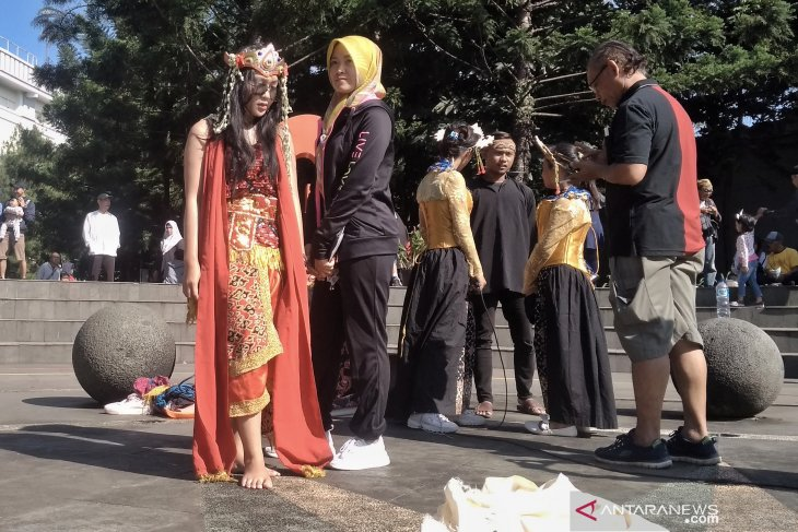 21 hour-long dance performed in Bandung to commemorate Kartini Day
