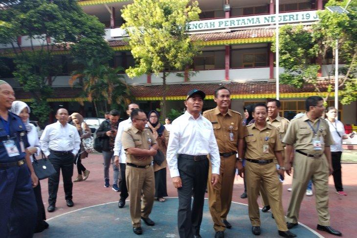 Minister observes junior high school national exam implementation