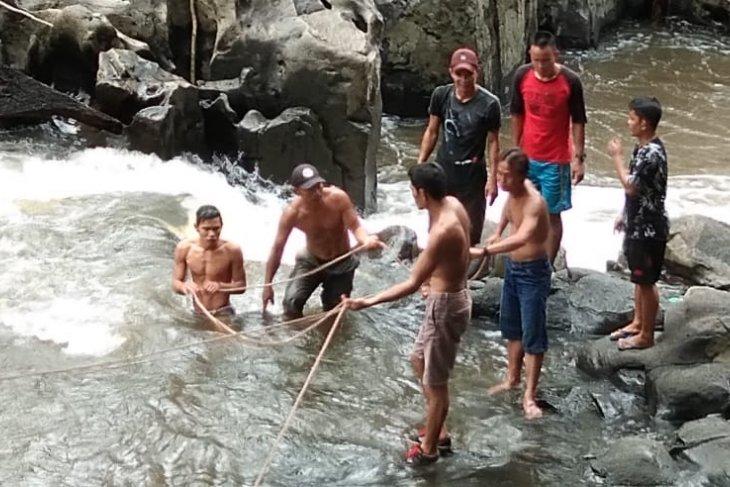 Seorang pelajar SD hilang di Sungai Suruk Kapuas Hulu - Video