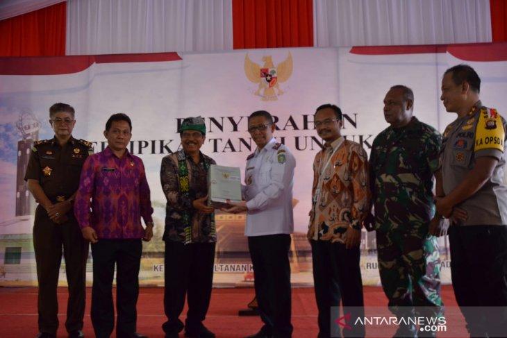 Menteri ATR/BPN Serahkan 122 Sertifikat Lahan Pemprov Kalbar
