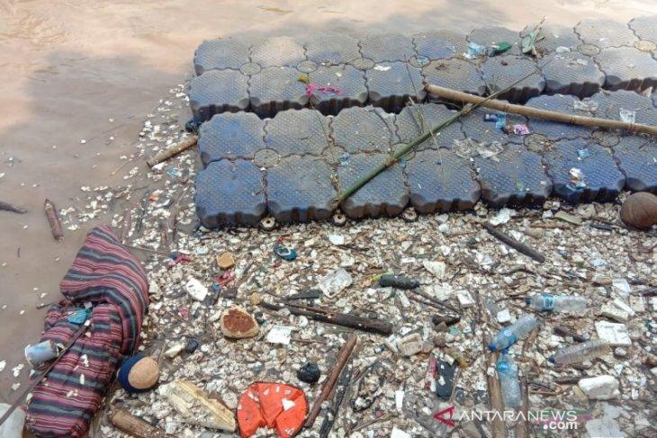 Atasi banjir, puluhan truk diturunkan angkut sampah Kali Bambu Kuning
