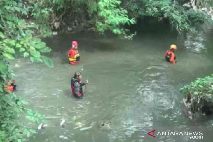 Ebil, pelajar kelas satu SD di Bekasi hilang terbawa arus Sungai Jambe