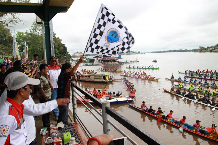 Seratus Pendayung Belah Sungai Kapuas