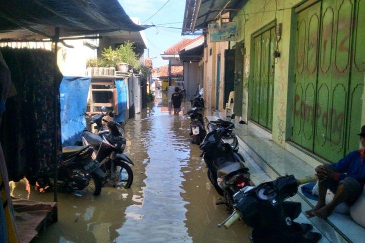 Rob memperparah banjir di Kabupaten Cirebon