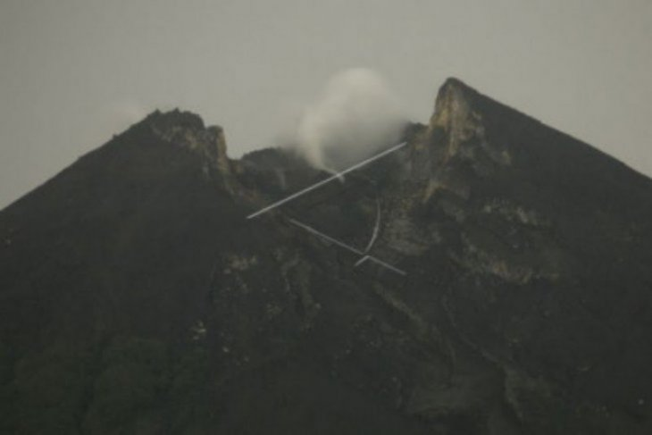 Merapi produces lava avalanches flowing 1,000 meters downslope
