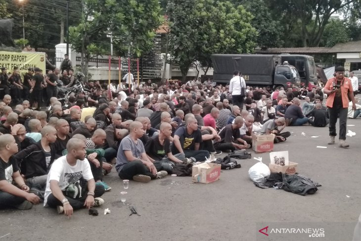 Polrestabes Bandung gunduli  ratusan remaja yang melakukan vandalisme