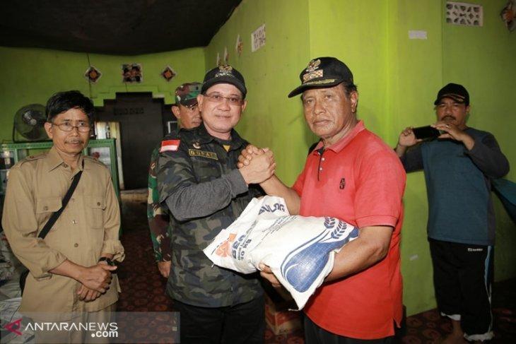 Bupati serahkan bantuan korban longsor di Pulau Matasirih Kotabaru