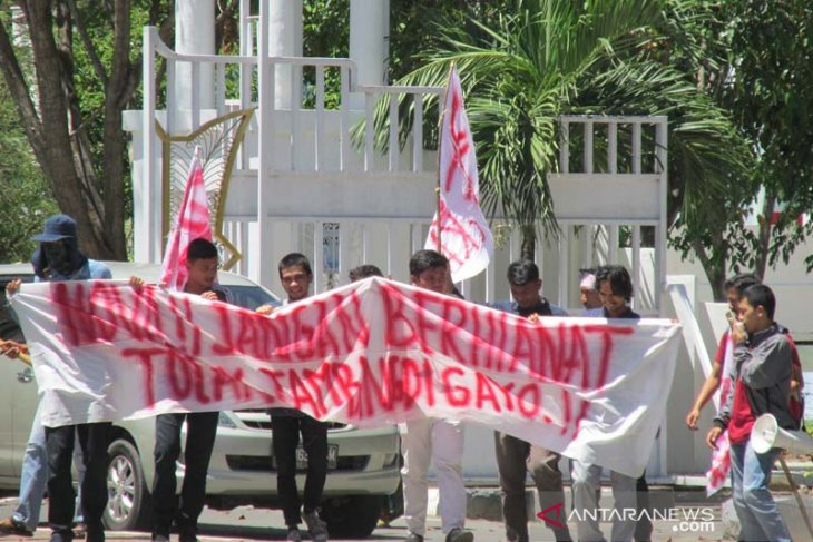 Students protest against gold mining company in Central Aceh