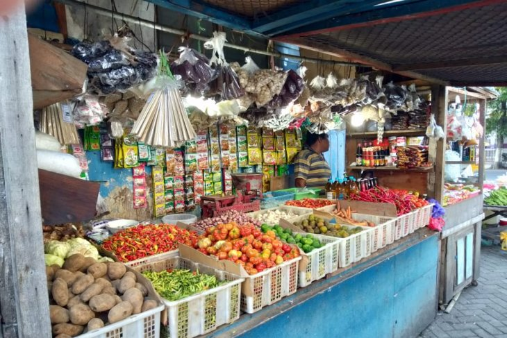 Omzet pedagang di pasar tradisional Situbondo turun 50 persen