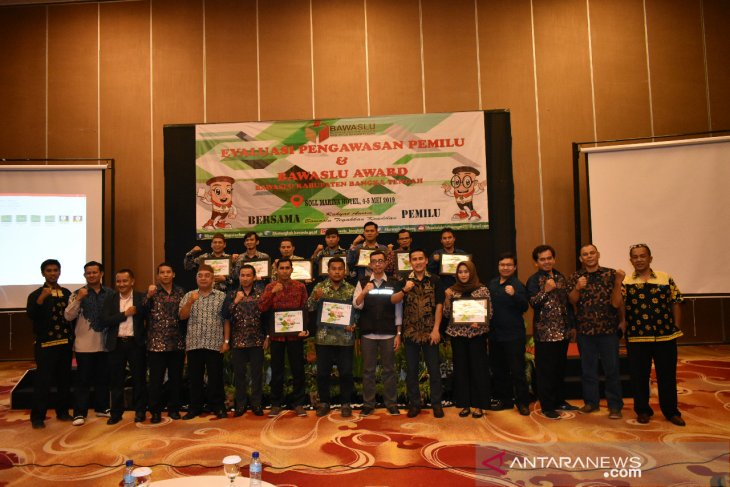 Bawaslu Kabupaten Bangka Tengah beri penghargaan kepada jajajarannya