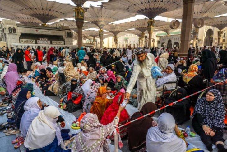 Pembagian takjil di Mesjid Nabawi