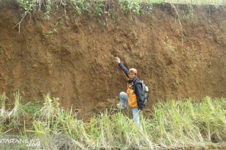 Pergeseran dan retakan tanah di Sukabumi kian membesar