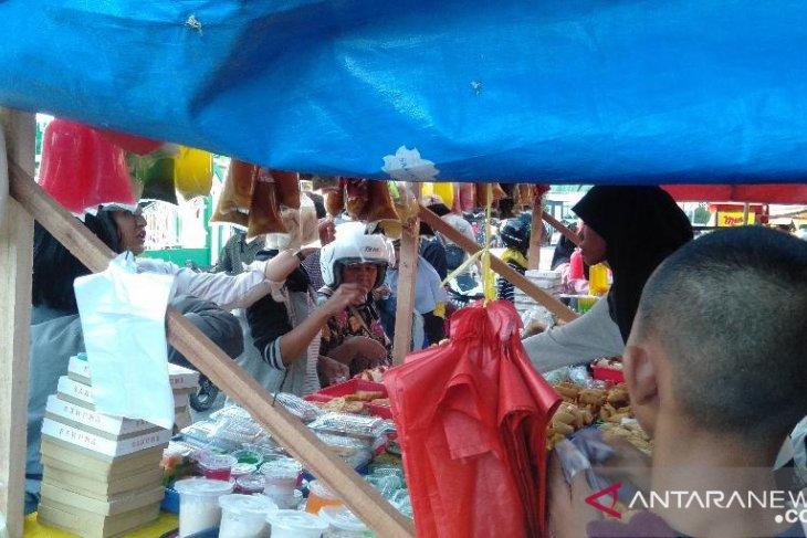 Warga padati pasar juadah Masjid Raya Singkawang