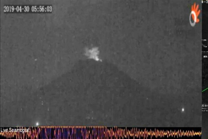 Gunung Agung meletus dengan dentuman keras